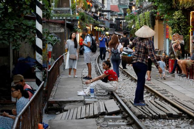 Wisatawan Tolak Penutupan Rel Kereta Instagramable di Hanoi, Vietnam (97940)