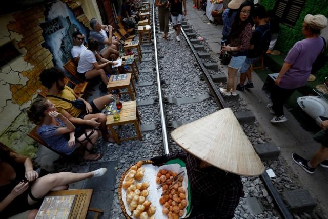 Wisatawan Tolak Penutupan Rel Kereta Instagramable di Hanoi, Vietnam (97937)
