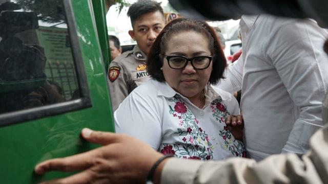 Komedian Nunung saat hadir menjalani sidang di Pengadilan Negeri Jakarta Selatan, Jakarta, Rabu, (9/10)