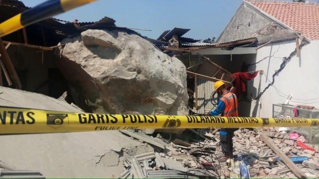 Polres Purwakarta Investigasi Penyebab Gelindingnya Batu Raksasa  (159546)