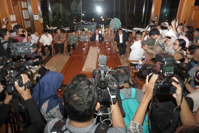 Dato Anwar Ibrahim dan Thariq Habibie bertemu awak media saat berkunjung ke rumah mendiang BJ Habibie