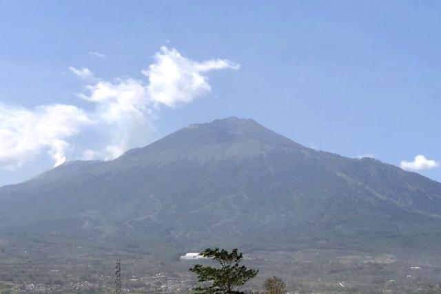 BPBD Jatim Kerahkan Water Bombing Padamkan Karhutla Gunung Arjuno (10626)