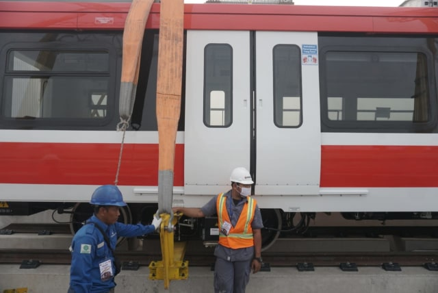 Foto: Rangkaian LRT Jabodebek Diangkat ke Atas Stasiun Harjamukti (162997)