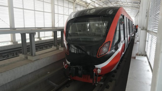 Foto: Rangkaian LRT Jabodebek Diangkat ke Atas Stasiun Harjamukti (162999)