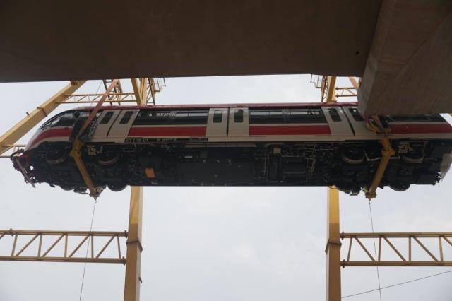 Foto: Rangkaian LRT Jabodebek Diangkat ke Atas Stasiun Harjamukti (162993)