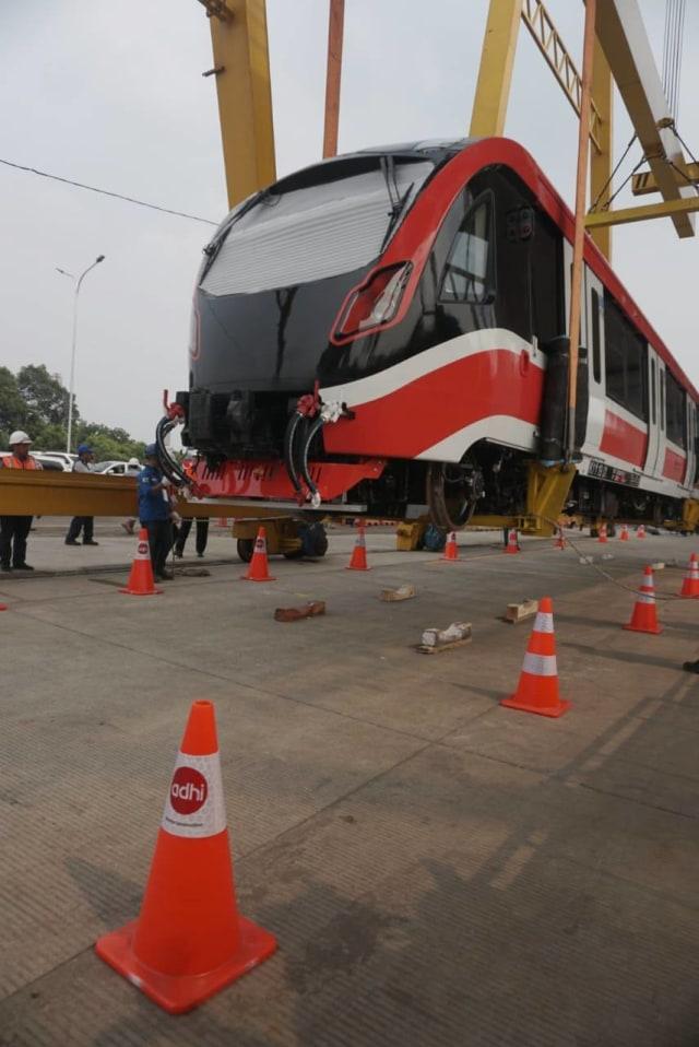 Foto: Rangkaian LRT Jabodebek Diangkat ke Atas Stasiun Harjamukti (162989)