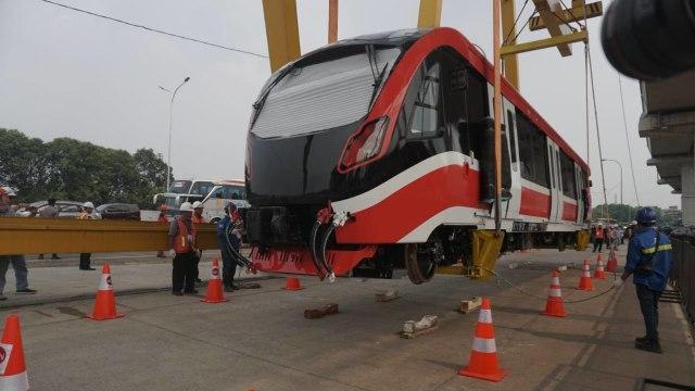 Foto: Rangkaian LRT Jabodebek Diangkat ke Atas Stasiun Harjamukti (162988)