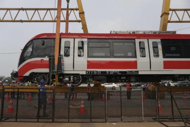 Foto: Rangkaian LRT Jabodebek Diangkat ke Atas Stasiun Harjamukti (162996)