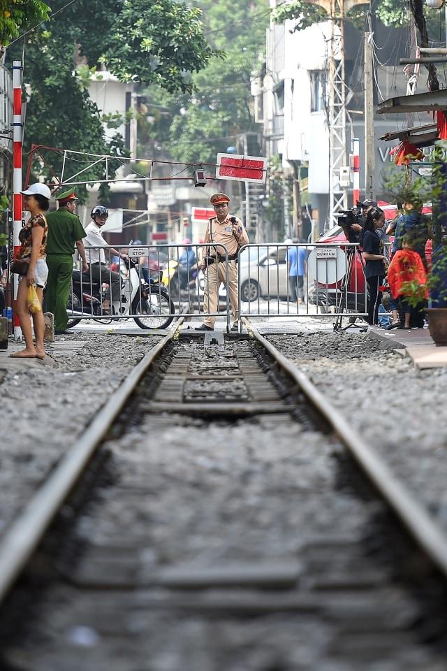 Wisatawan Tolak Penutupan Rel Kereta Instagramable di Hanoi, Vietnam (97934)