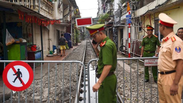 Wisatawan Tolak Penutupan Rel Kereta Instagramable di Hanoi, Vietnam (97936)