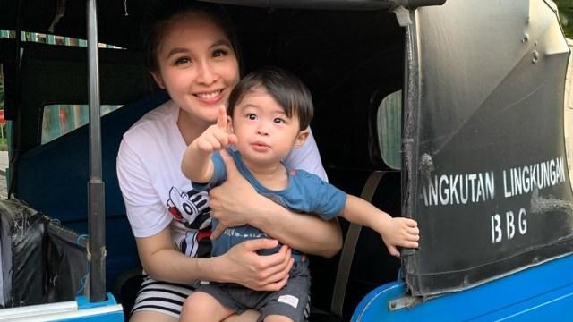 Sandra Dewi dan anaknya naik bajaj.