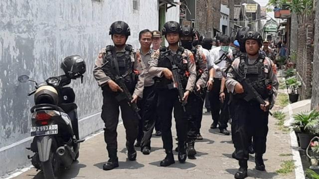 Densus 88 geledah rumah teroris di sukoharjo