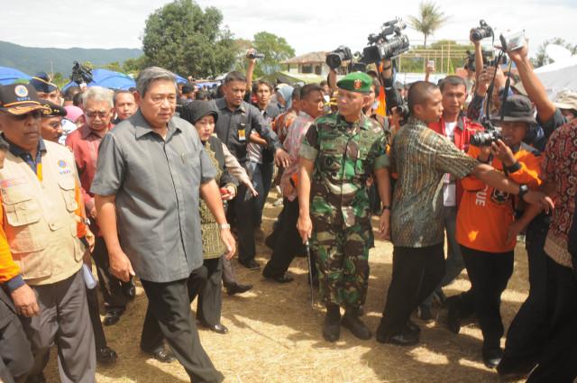 SBY saat meninjau lokasi gempa aceh tengah_9 Juli 2013_Imran MA.jpg