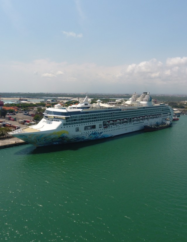 Kapal Pesiar Explorer Dream di Pelabuhan Benoa (POTRAIT)