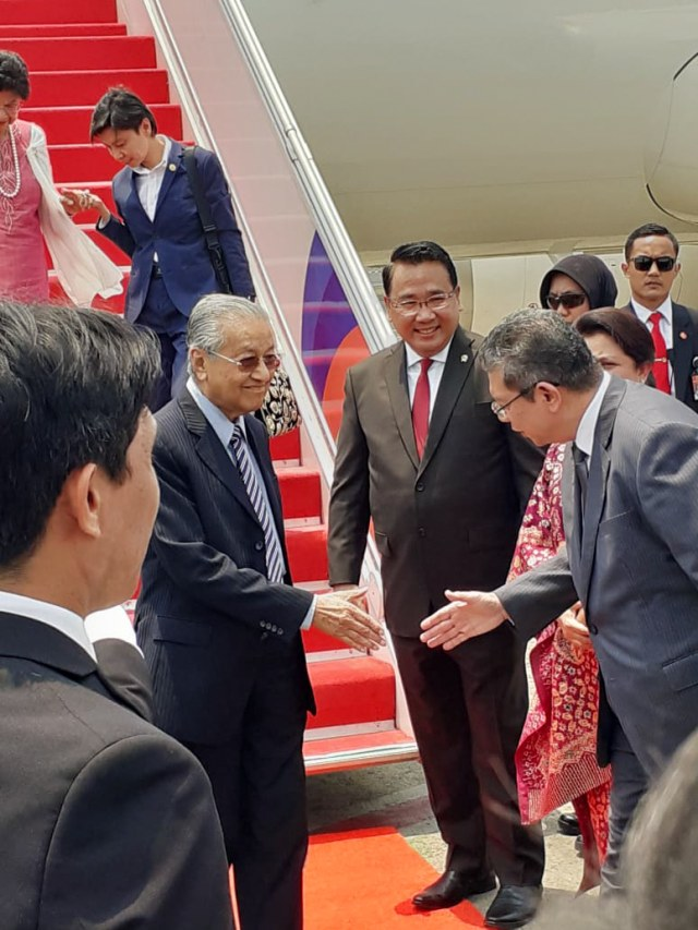Mendes Eko Sambut Kedatangan PM Mahathir di Jakarta (46534)
