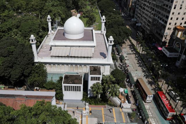 Foto: Kena Meriam Air Polisi, Masjid Kowloon di Hong Kong Dibersihkan (747165)