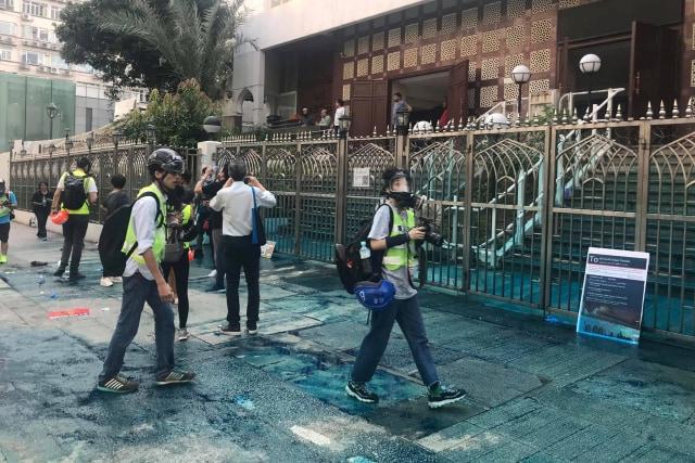 Foto: Kena Meriam Air Polisi, Masjid Kowloon di Hong Kong Dibersihkan (747164)