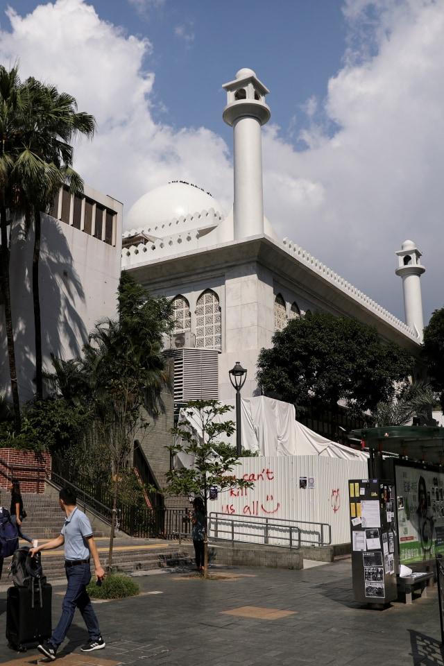 Foto: Kena Meriam Air Polisi, Masjid Kowloon di Hong Kong Dibersihkan (747163)