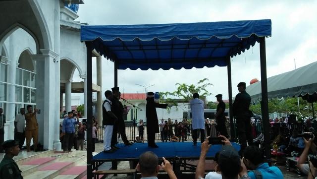 4 Warga Dicambuk di Banda Aceh karena Main Judi Domino (15243)