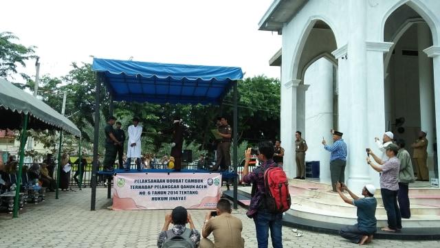 4 Warga Dicambuk di Banda Aceh karena Main Judi Domino (15244)
