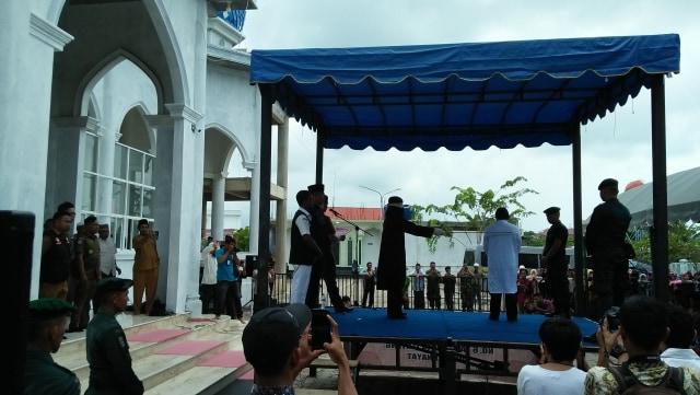 4 Warga Dicambuk di Banda Aceh karena Main Judi Domino (15245)