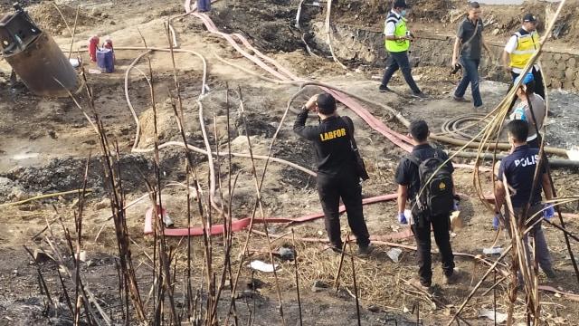 Tim Puslabfor Polri Olah TKP di Lokasi Kebakaran Pipa BBM Cimahi  (33104)