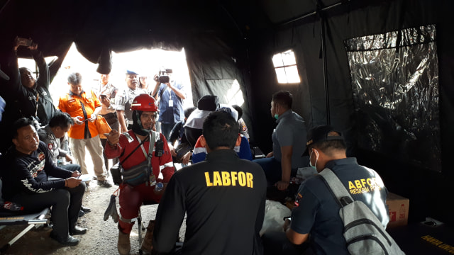 Petugas Puslabfor Ambil Sampel dari Lokasi Ledakan Pipa Pertamina  (5599)