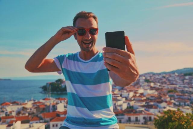 Ilustrasi traveler mengenakan kacamata hitam