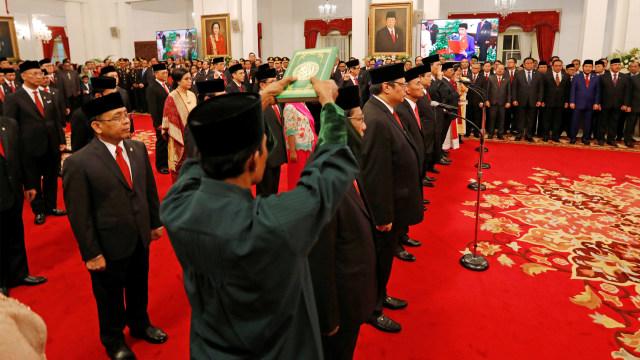 Momen Para Menteri Diambil Sumpah dengan Kitab Suci (338610)