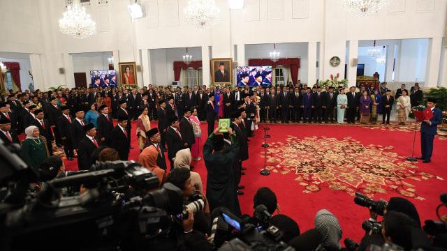 Momen Para Menteri Diambil Sumpah dengan Kitab Suci (338609)