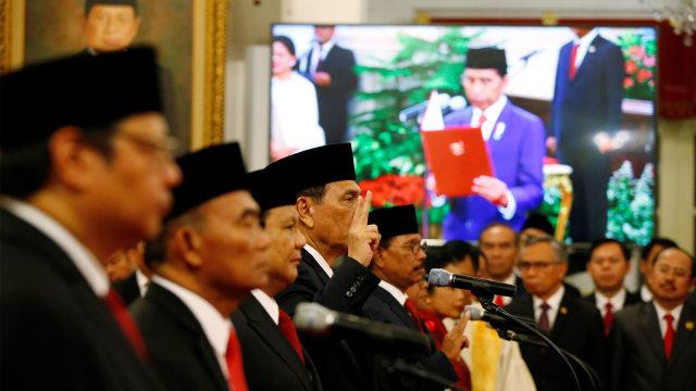 Momen Para Menteri Diambil Sumpah dengan Kitab Suci (338608)