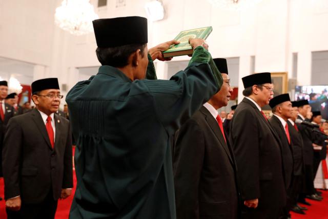 Momen Para Menteri Diambil Sumpah dengan Kitab Suci (338613)