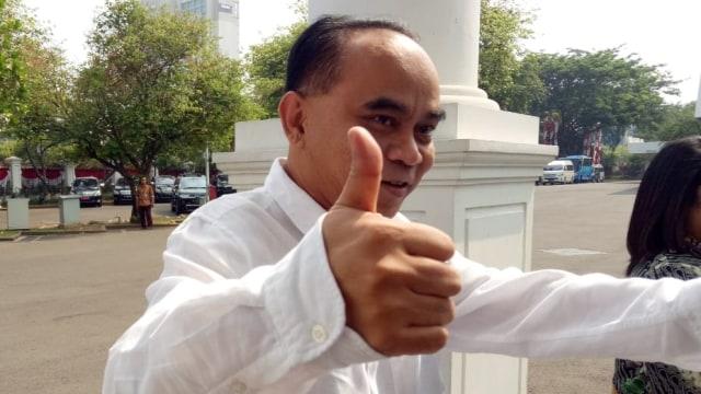 Berkemeja Putih dan Acungkan Jempol, Budi Arie Tiba di Istana (329976)