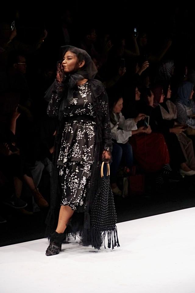 Meldi Kena Nyinyir Netizen Saat Tampil di Jakarta Fashion Week 2020 (21960)