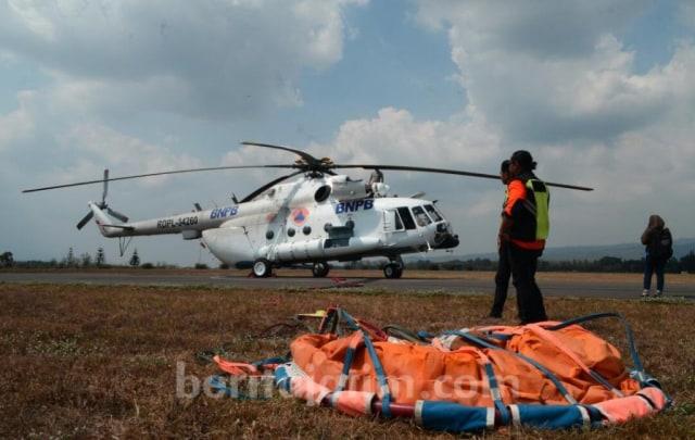 Helikopter Pemadam Kebakaran Gunung Arjuno Digeser ke Banyuwangi (74031)