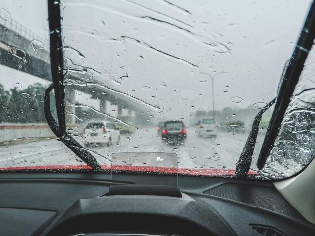 Simak, Kiat Aman Mengemudi Mobil di Situasi Hujan Deras (89916)