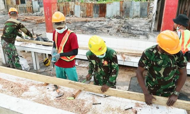 Pembangunan kembali los Pasar Wouma yang hangus terbakar dalam kasus rusuh Wamena-Foto Stenaus.jpg