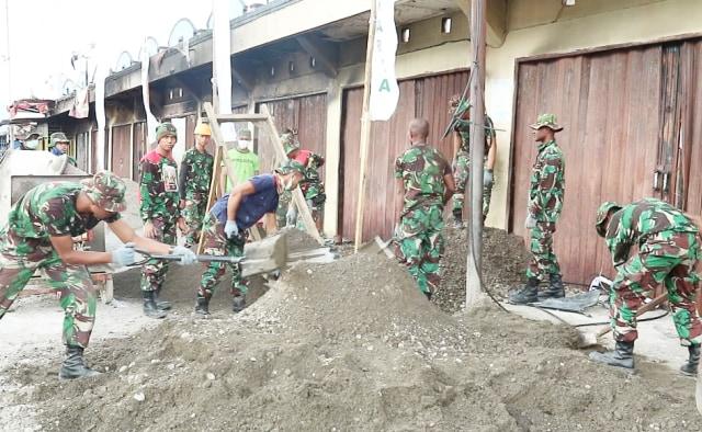 Prajurit TNI bersama pemerintah setempat bangun kembali ruko dan rumah yang rusak dalam kasus rusuh Wamena sebelumnya-Foto Stefanus.jpg