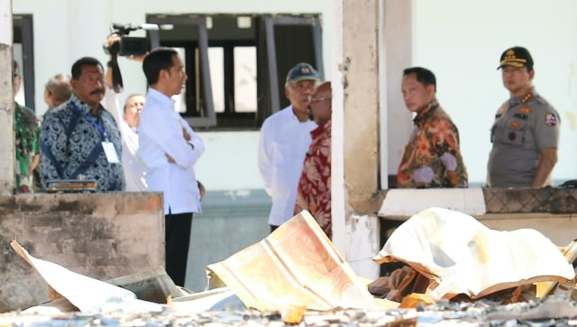Foto: Jokowi di Antara Sisa Bangunan yang Hangus Terbakar di Wamena (17496)