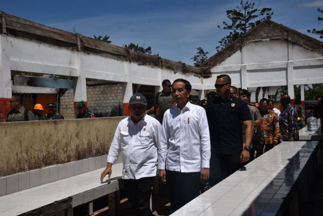 Foto: Jokowi di Antara Sisa Bangunan yang Hangus Terbakar di Wamena (17499)
