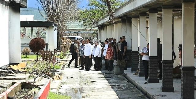 Foto: Jokowi di Antara Sisa Bangunan yang Hangus Terbakar di Wamena (17500)