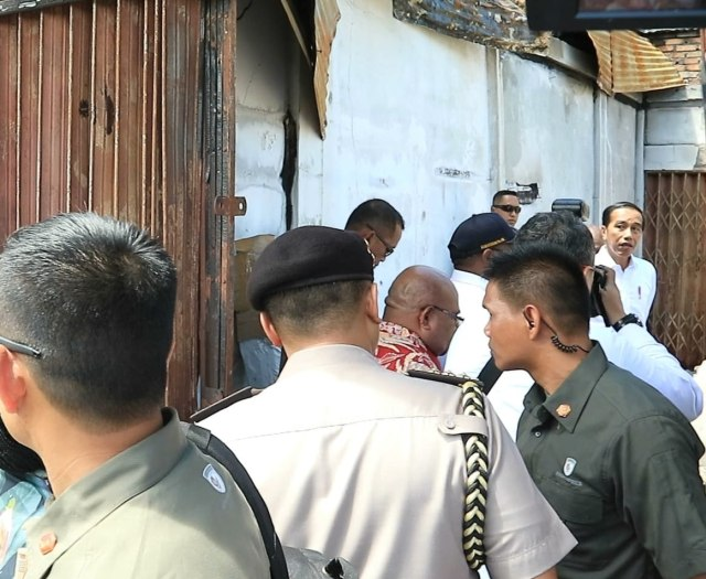 Foto: Jokowi di Antara Sisa Bangunan yang Hangus Terbakar di Wamena (17501)