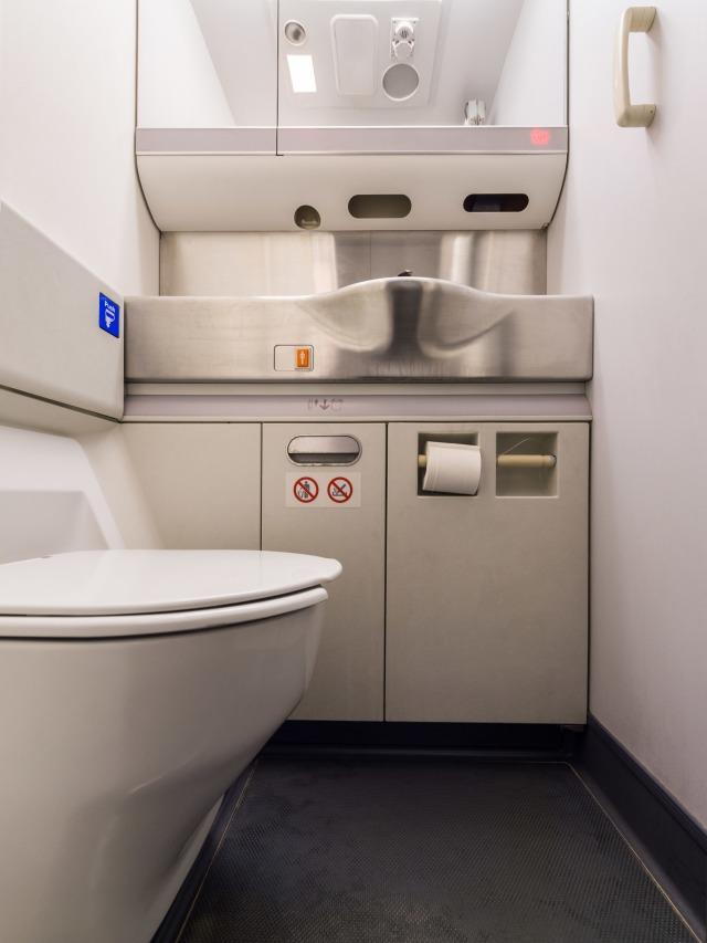 Ilustrasi Toilet di dalam Pesawat, POTRAIT