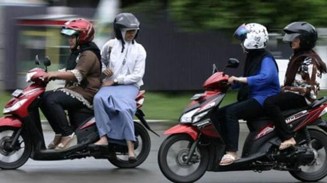 Posisi Duduk yang Benar untuk Pembonceng Sepeda Motor (90365)