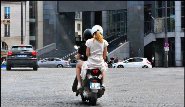 Posisi Duduk yang Benar untuk Pembonceng Sepeda Motor (90366)