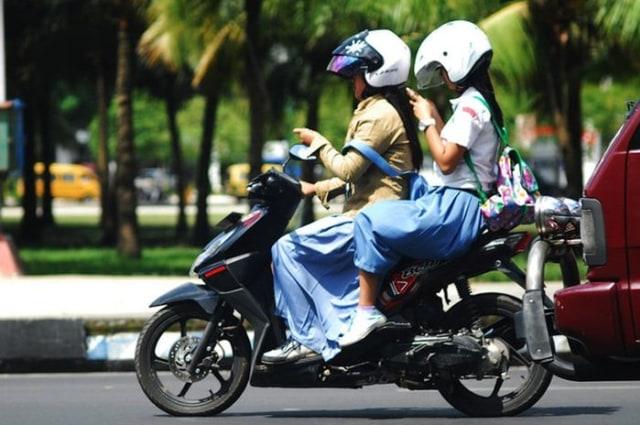 Posisi Duduk yang Benar untuk Pembonceng Sepeda Motor (90364)
