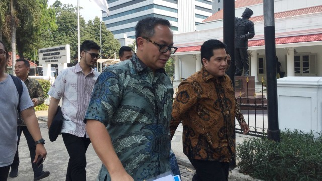 Menteri BUMN Erick Thohir dan Wakil Menteri BUMN Kartika Wirjoatmodjo Jalan Kaki