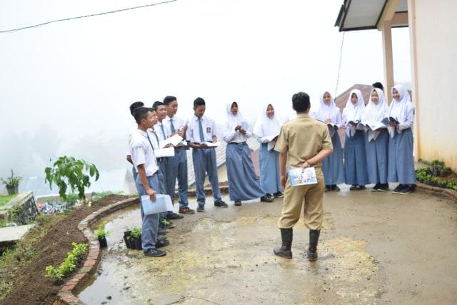 Guru Kreatif di Daerah Rawan Longsor dengan Sarana Terbatas (33604)