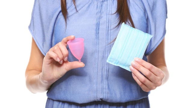 Lebih Baik Mana, Pakai Pembalut atau Menstrual Cup saat Haid? (243741)