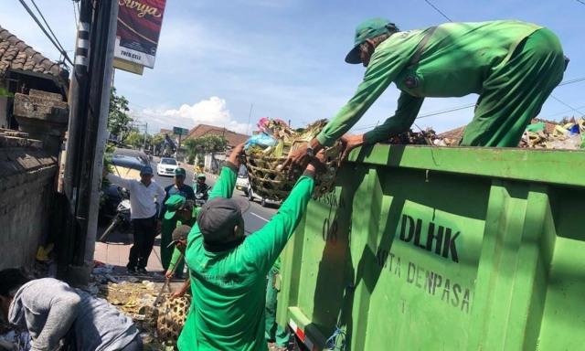 TPA Suwung Normal, DLHK Denpasar Kerahkan Truk Pengangkut Sampah (122242)